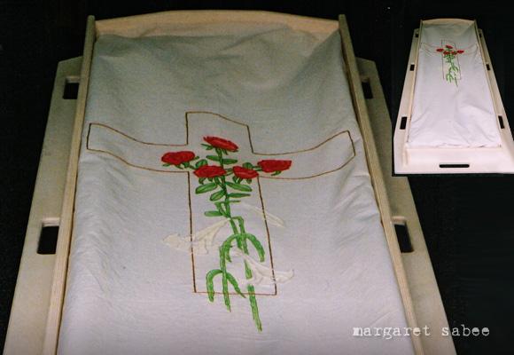 Rozen en lelies op kruis wade van Margaret Sabee Weefkunst Den Haag