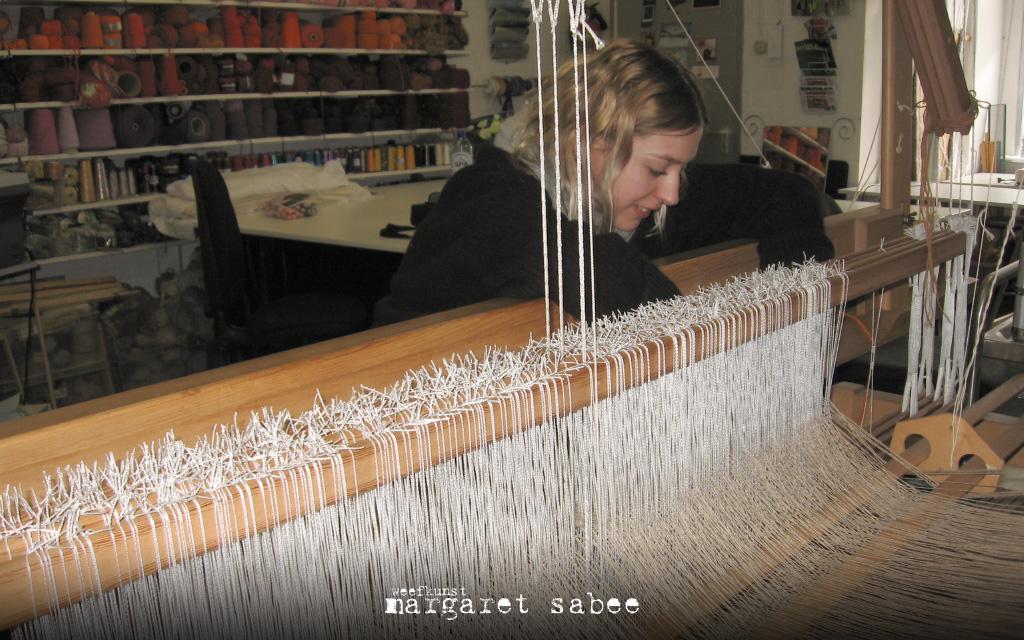 Stagiaire Laura aan het werk achter het getouw bij Margaret Sabee Weefkunst, Den Haag